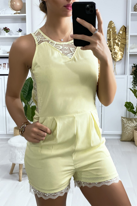 Short jumpsuit in pale yellow with lace and back closure