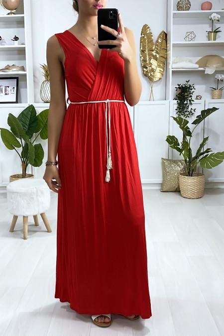 Lange, gekruiste jurk in rood met koordceintuur