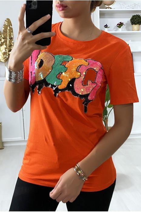 Tee-shirt en orange avec écriture coloré et pailleté