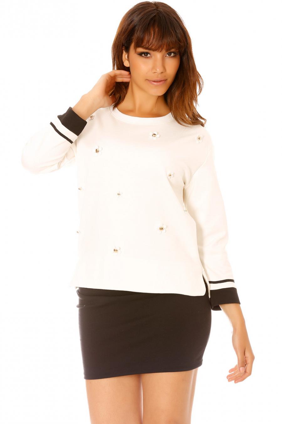 Wit sweatshirt met bloemjuweel. 2540