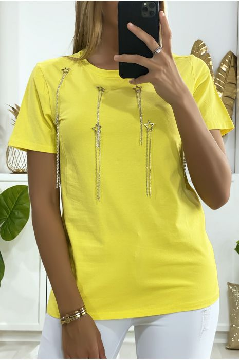Tee-shirt jaune avec accessoire étoiles et strass