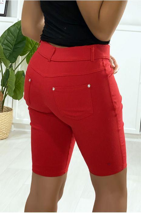 Short rouge en strech avec 5 poches et bouton avec strass