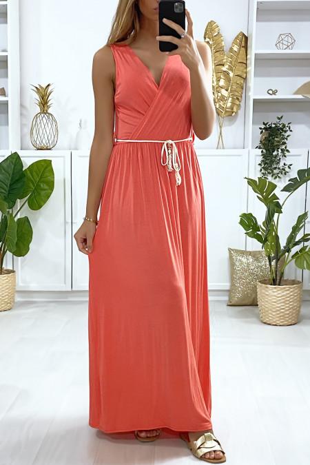 Longue robe croisé en corail avec ceinture en cordon