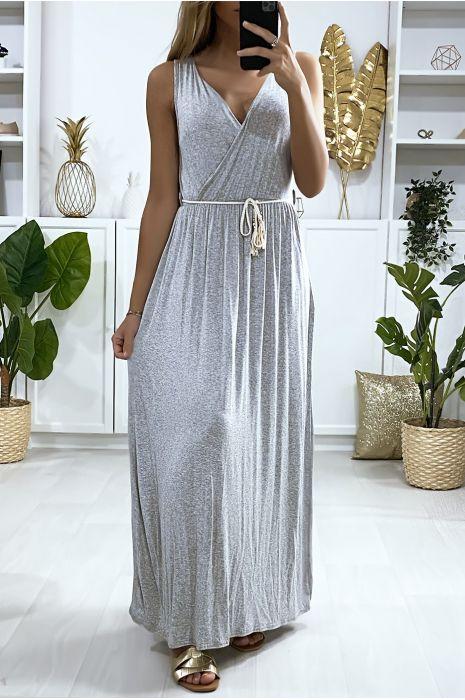 Longue robe croisé en gris avec ceinture en cordon