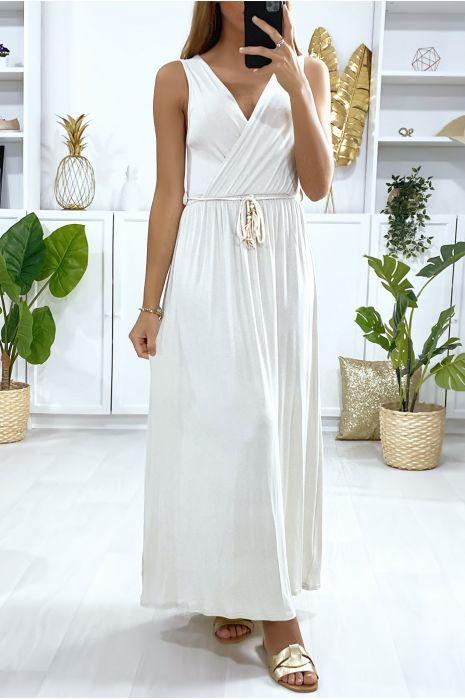 Longue robe croisé en beige avec ceinture en cordon