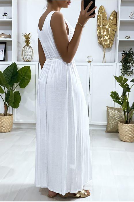 Longue robe croisé en blanche avec ceinture en cordon