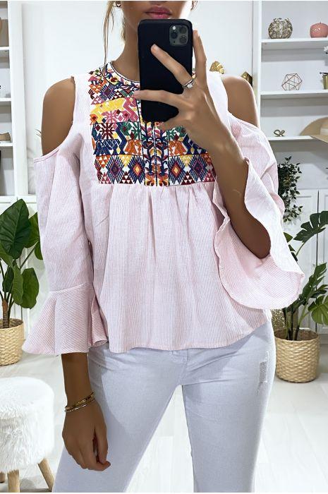 Roze blouse van de schouders met borduursel op de buste