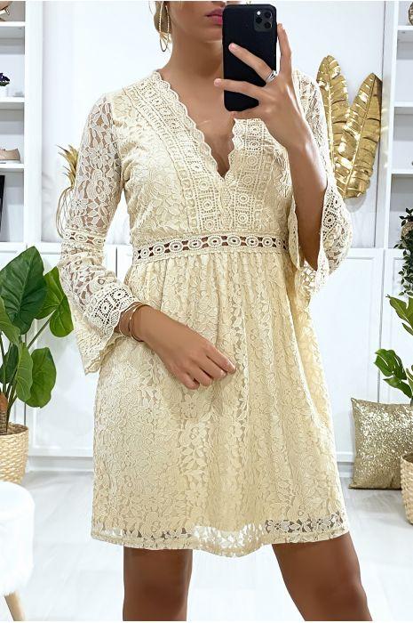 Robe beige en dentelle doublé avec broderie sur les contours