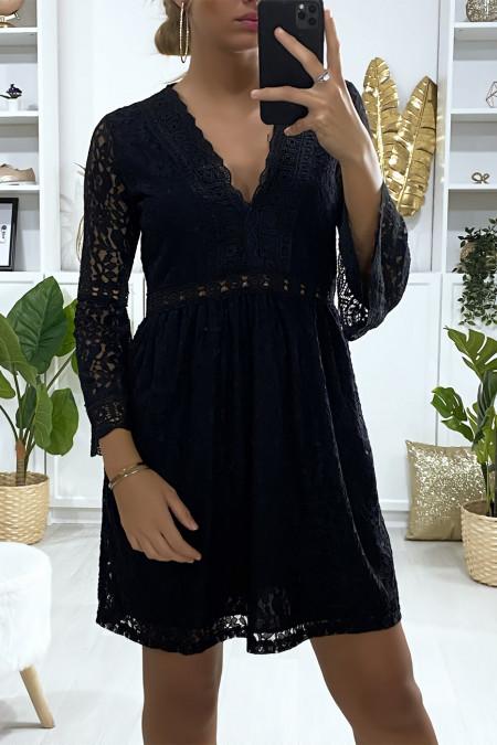 Zwarte kanten jurk gevoerd met borduursel aan de randen