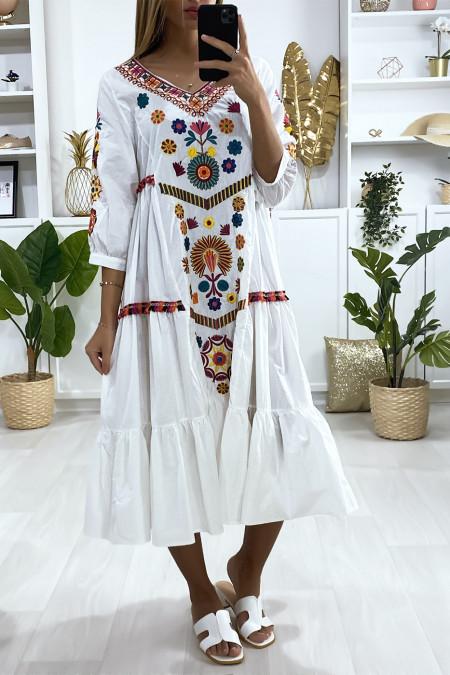 Losvallende witte jurk met volant en borduursels