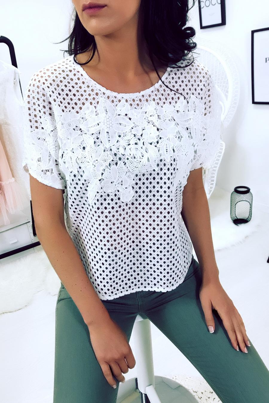 Tee-shirt blanc ajourer, dentelle encolure et emmanchure. Femme MC 8030