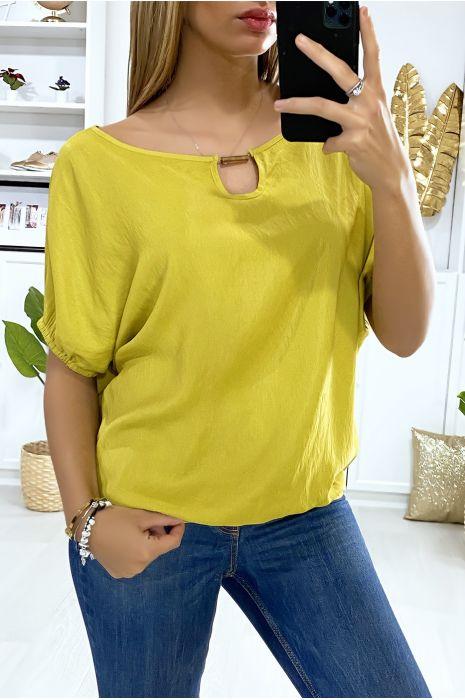 Mosterdgeel blouse met vleermuismouwen met elastiek en gouden accessoire bij de kraag