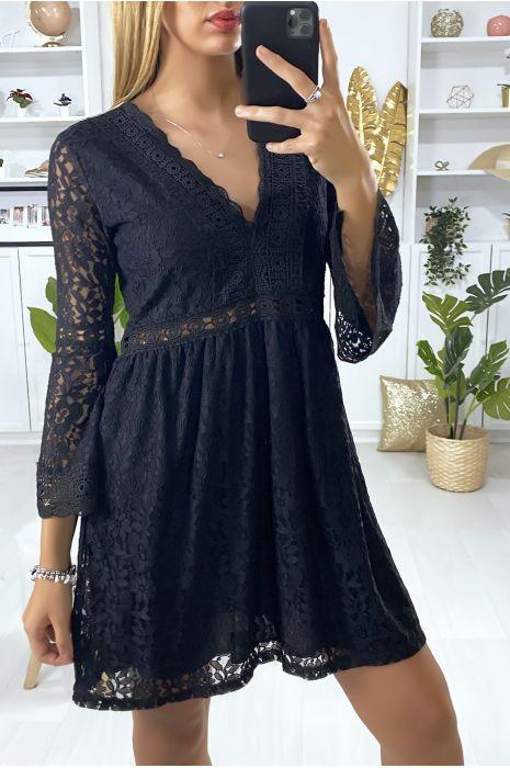 Robe noir en dentelle doublé avec broderie sur les contours