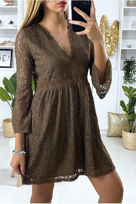 Bruine kanten jurk gevoerd met borduursel aan de randen