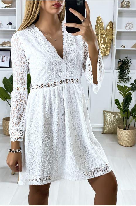 Robe blanche en dentelle doublé avec broderie sur les contours