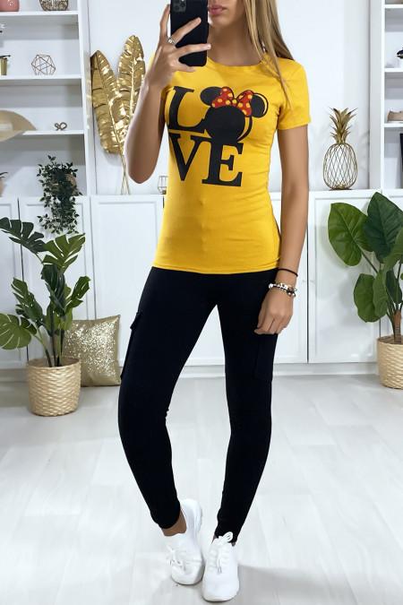 Mosterdgeel T-shirt met LOVE-tekst en design op de voorkant