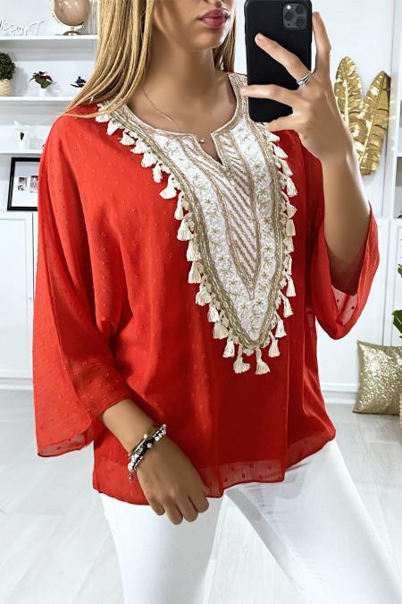 Rode blouse met geborduurd accessoire en Tunesische kraag