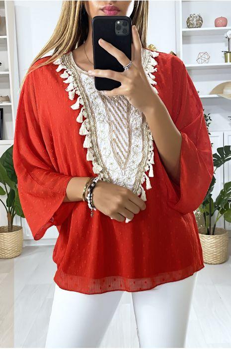 Blouse rouge avec accessoire brodé et col tunisien