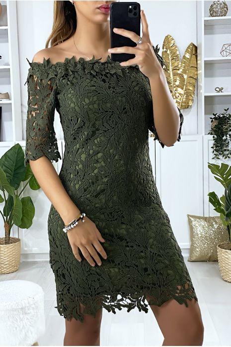 Kaki jurk met boothals en zeer chique gevoerd kant