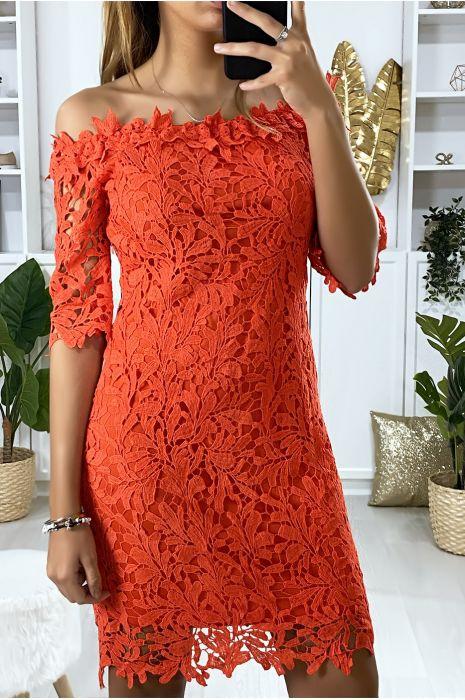 Rode jurk met boothals en heel chique in gevoerd kant