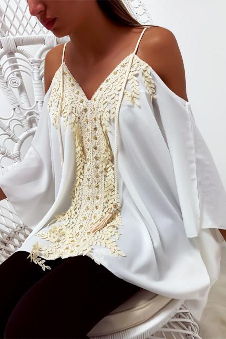 Witte blouse met vleermuismouwen, versierd met kant en strass steentjes