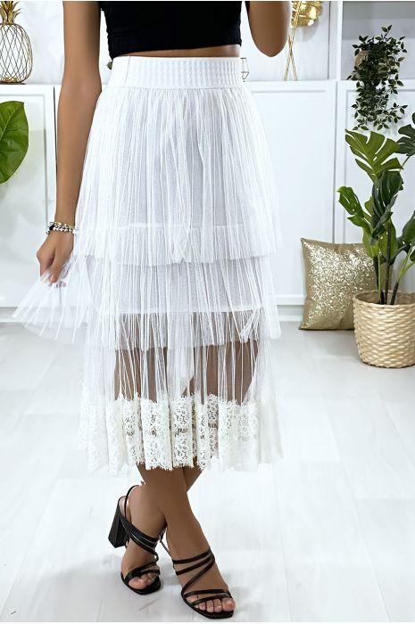 Witte rok in geborduurde sluier met ruche.