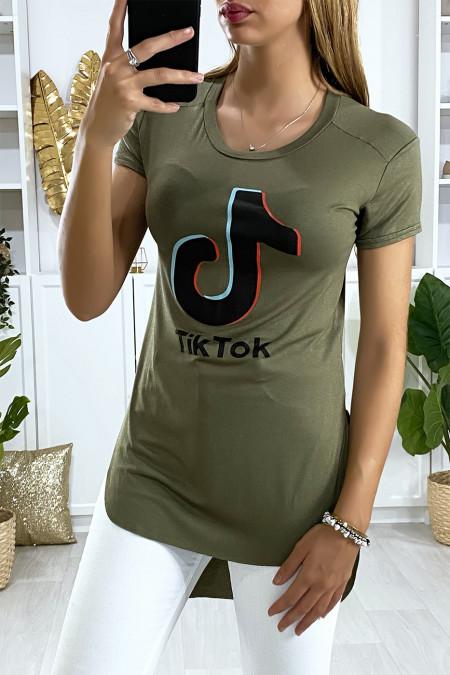 Langer kaki t-shirt aan de achterkant met TIKTOK-opschrift