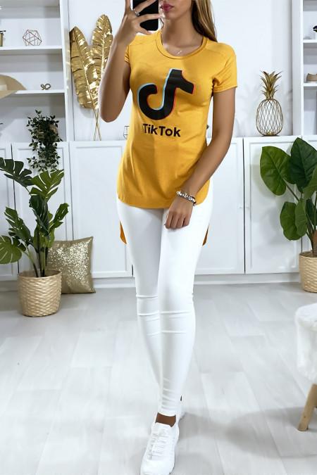 Mosterd t-shirt langer aan de achterkant met TIKTOK-opschrift