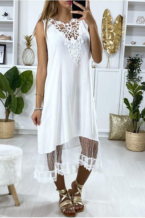 Longue robe blanche avec broderie et dentelle