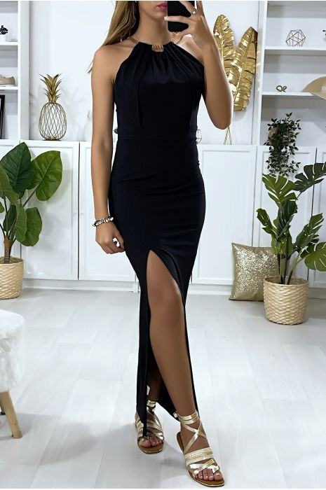 Lange zwarte jurk met split en gouden accessoire bij de kraag