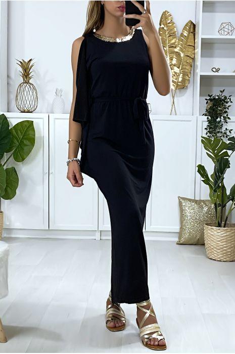 Longue robe noir avec volant sur une manche et accessoire doré au col