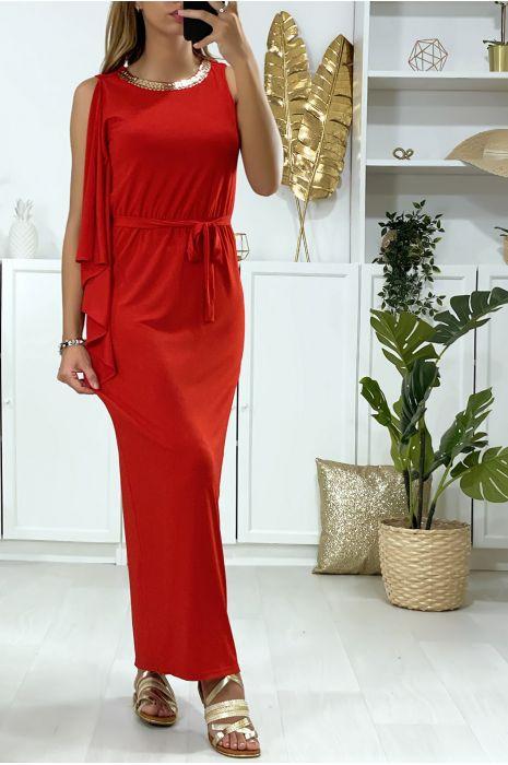 Lange rode jurk met ruche aan één mouw en gouden accessoire op de kraag