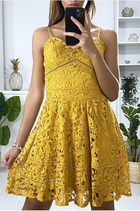 Mosterdgeel strapless wijd uitlopende jurk van gevoerd kant