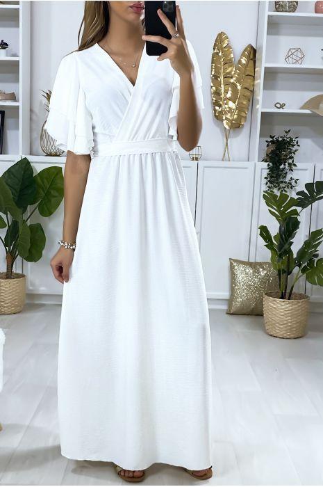 Longue robe blanche croisé au buste avec volant aux manches