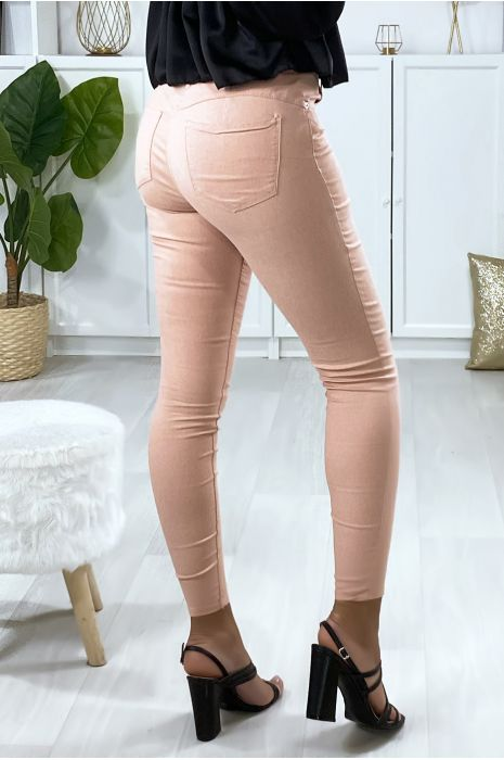 Pantalon  slim en rose avec poches forme push up à l'arrière