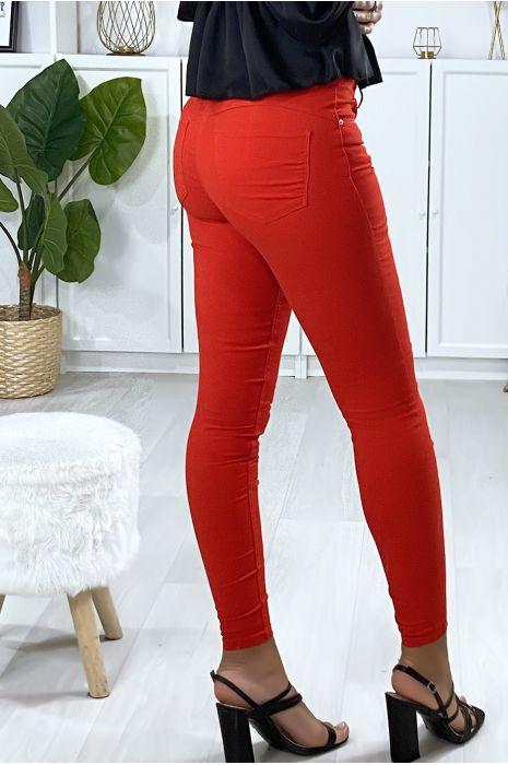 Pantalon slim en rouge avec poches forme push up à l'arrière