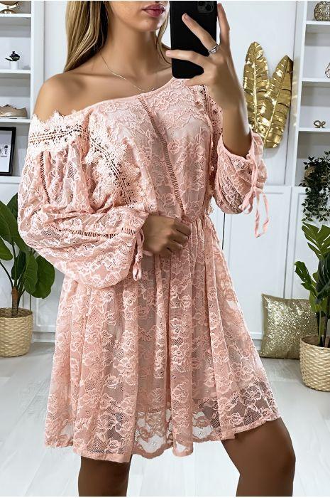 Robe en dentelle rose doublé avec des broderies