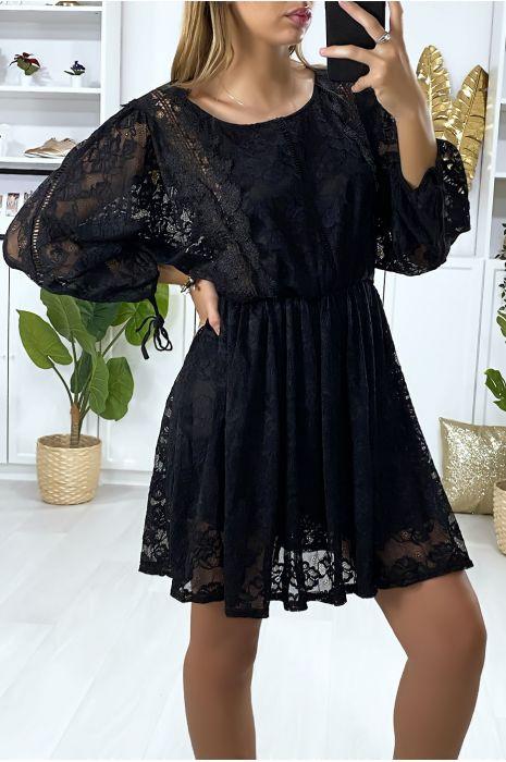 Robe en dentelle noir doublé avec des broderies