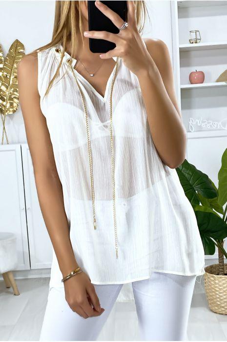 Witte crêpe blouse met gouden accessoire bij de kraag