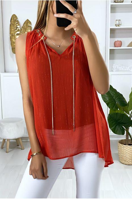 Rode crêpe blouse met gouden accessoire bij de kraag