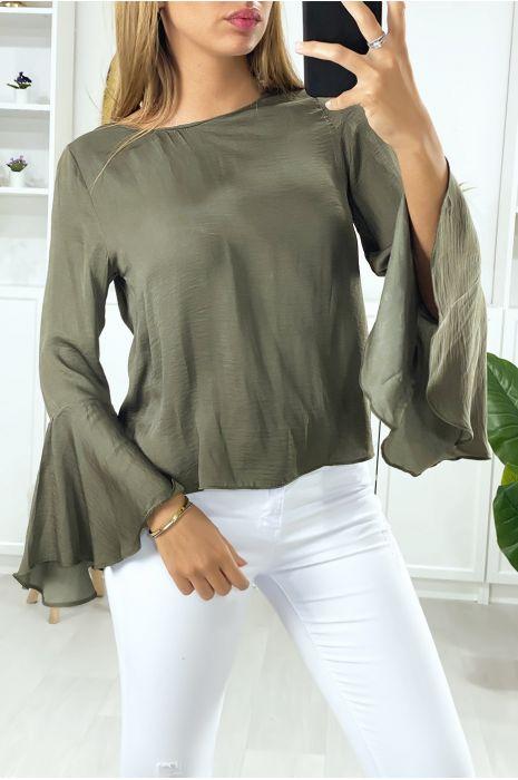 Kaki blouse aan de achterkant open met ruches op de mouwen