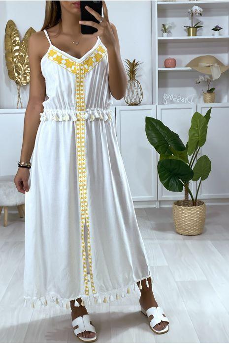 Longue robe blanche avec broderie jaune et pompon