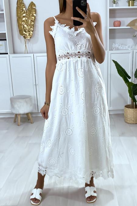 Longue robe d'été blanche brodé avec de la dentelle
