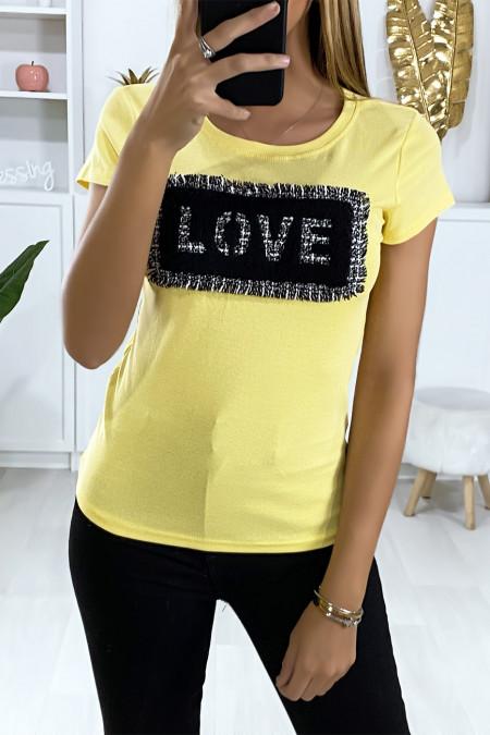 Geel t-shirt met stukjes stof die liefde schrijven