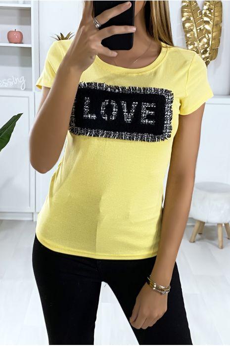 T-shirt jaune avec morceaux de tissu écriture love