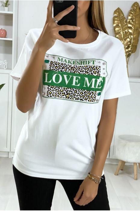 T-shirt blanc avec accessoire et écriture love