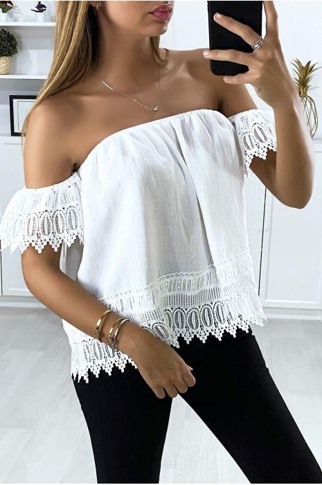 Witte blouse met boothals en kant aan de mouwen en onderkant
