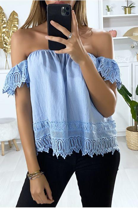 Blauwe boothals blouse met kant aan de mouwen en onderkant