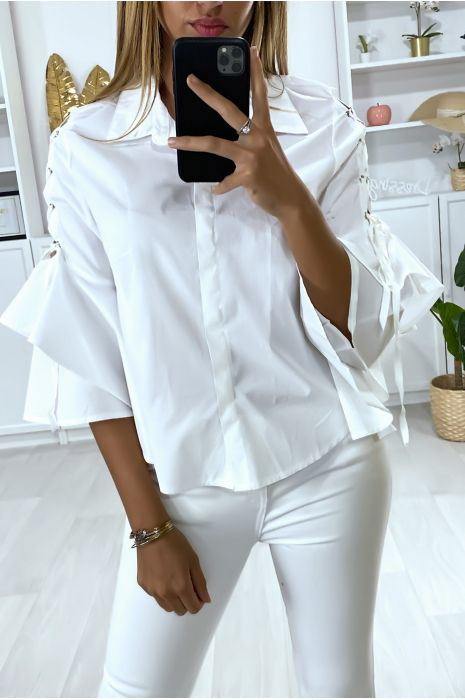 Chemise blanche avec volants aux manches et lacet aux épaules