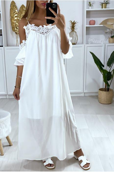 Lange witte jurk met bandjes en borduursel op de buste